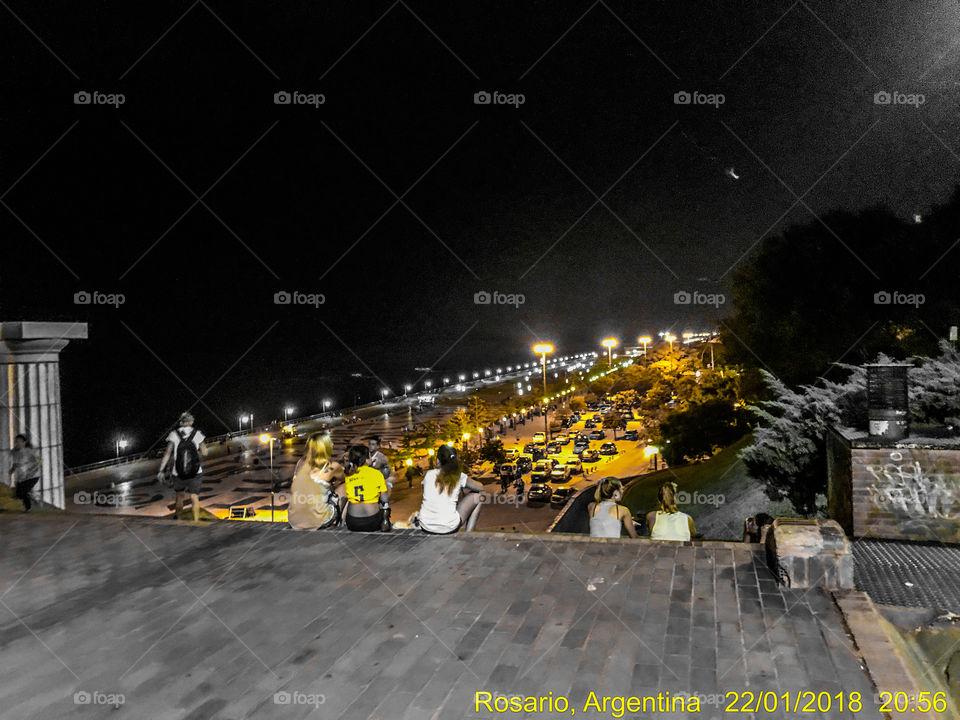 La escalinata de parque España es el lugar predilecto para cientos de personas que concurren masivamente y pasan horas y horas..