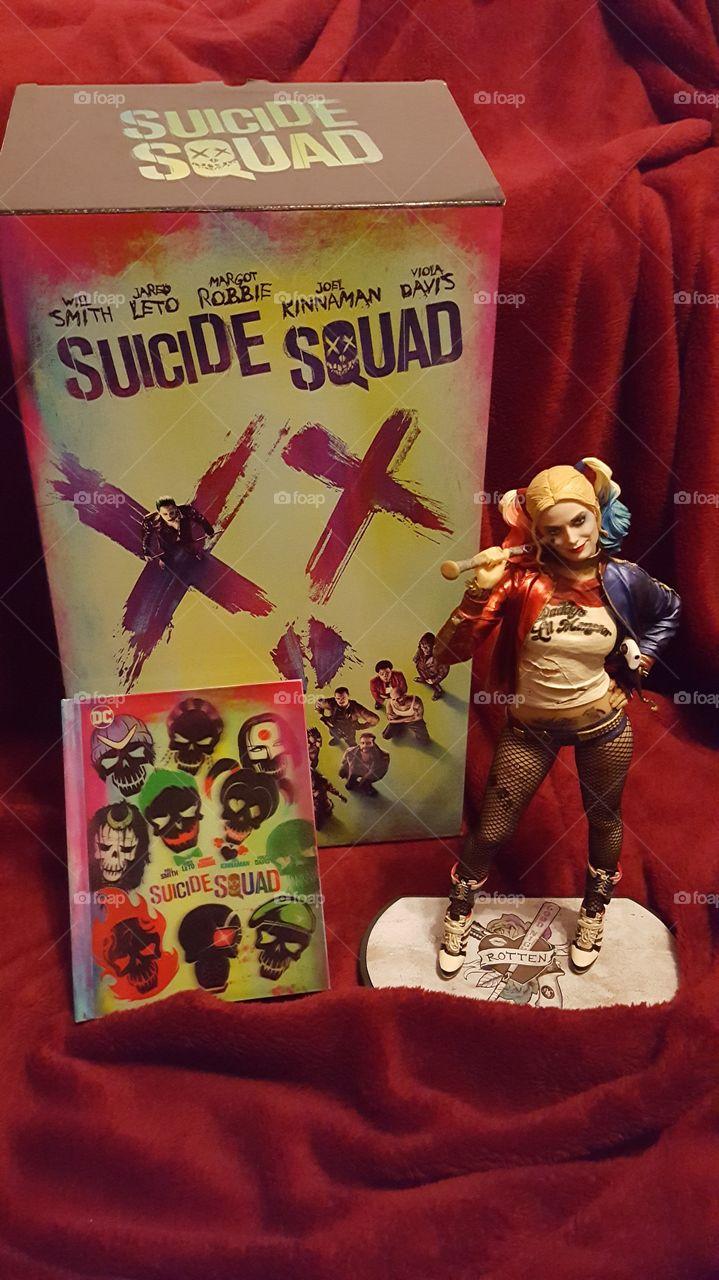 Spezial Edition Suicide Squad mit der super süßen sexy Harley Quinn  Figur mit DVD und Hardcover Booklet