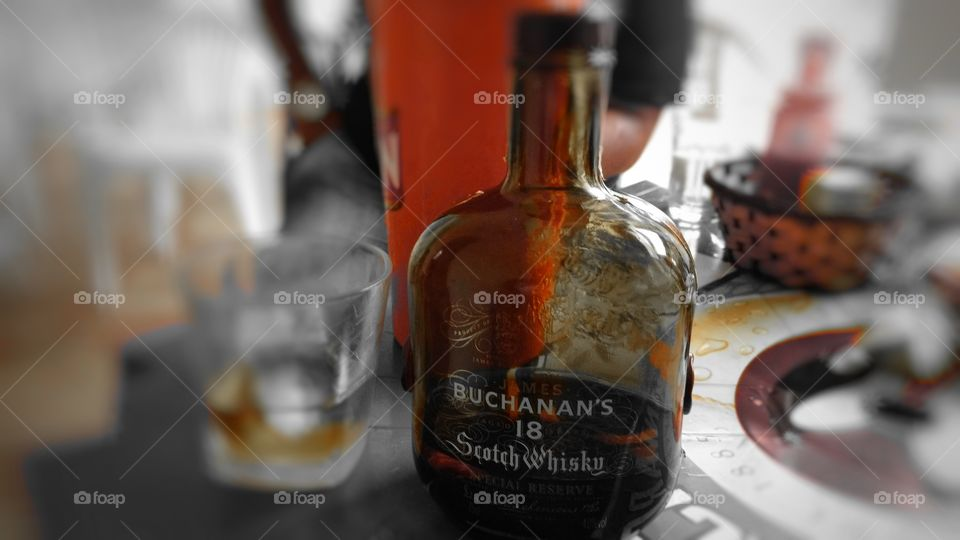 Whisky 18 anos, fundo mesa background wallpaper... Buchanan`s Scotch.