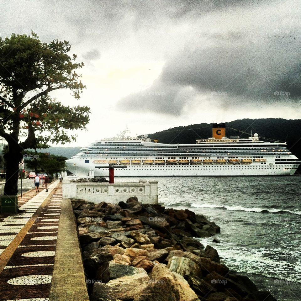 Muito legal: o transatlântico chegando à Baía de Santos!