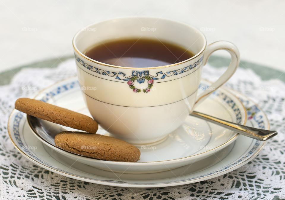 Black tea with cookies