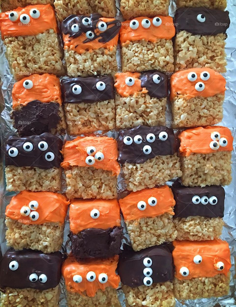 Halloween rice  crispy monsters in black and yellow 👀👁