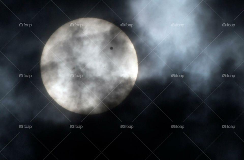Preciosa la luna de esta noche, está mas grande y mas hermosa de lo normal. Sin duda increible