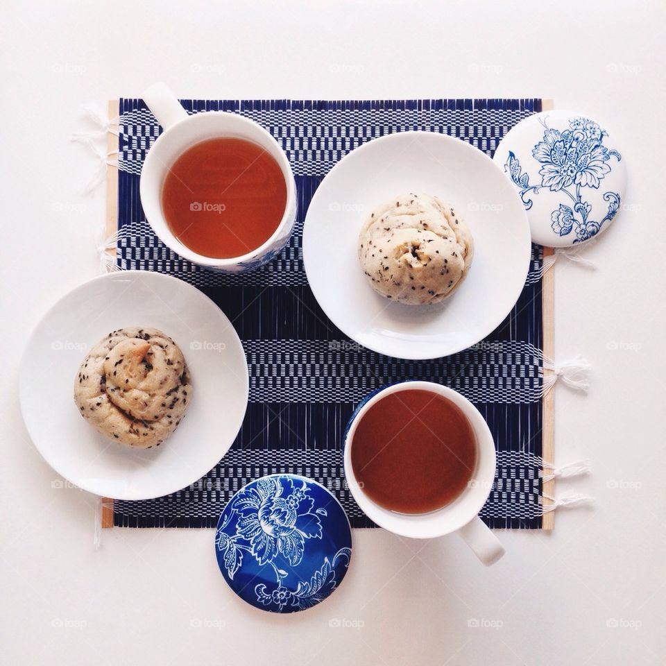 Tea with black sesame bread